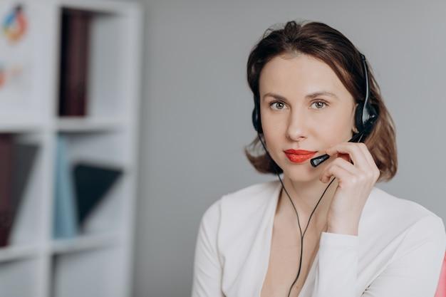 Kobieta obsługa klienta agent recepcjonistka noś zestaw słuchawkowy skonsultuj się z klientem online.