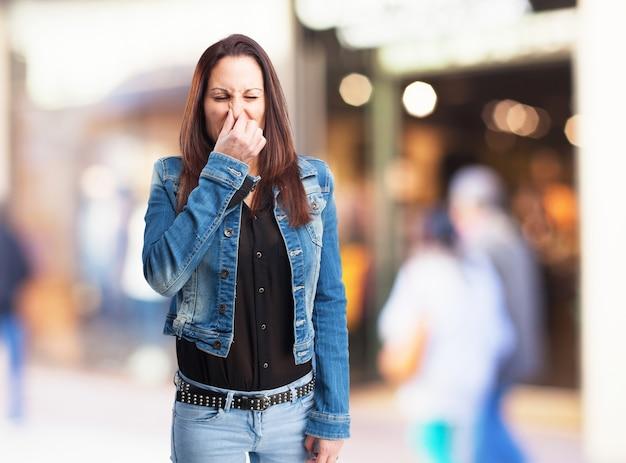 Kobieta oburzony z powodu złego zapachu