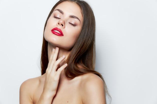 Kobieta oczy zamknięte czerwone usta urok jasny makijaż światło