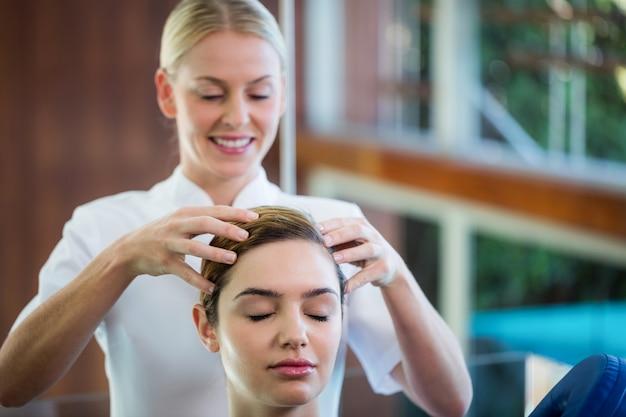 Kobieta odbiera masaż głowy