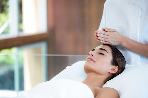 Kobieta odbiera masaż od masażysty