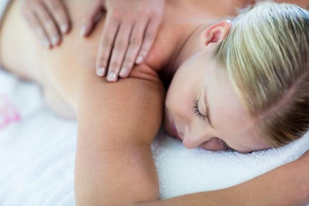 Kobieta odbiera masaż pleców
