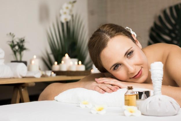 Kobieta odbiera masaż w centrum spa