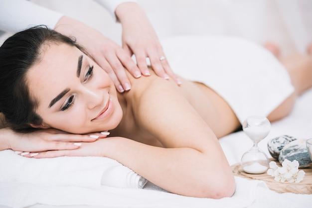 Kobieta odbiera relaksującego masaż w zdroju