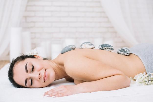 Kobieta odbiera relaksującego masażu kamień w spa