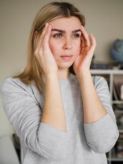 Kobieta odczuwa ból głowy