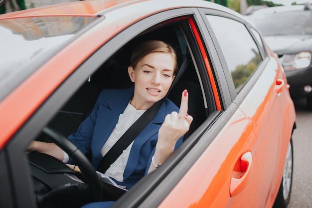 Kobieta odczuwa stres na drodze