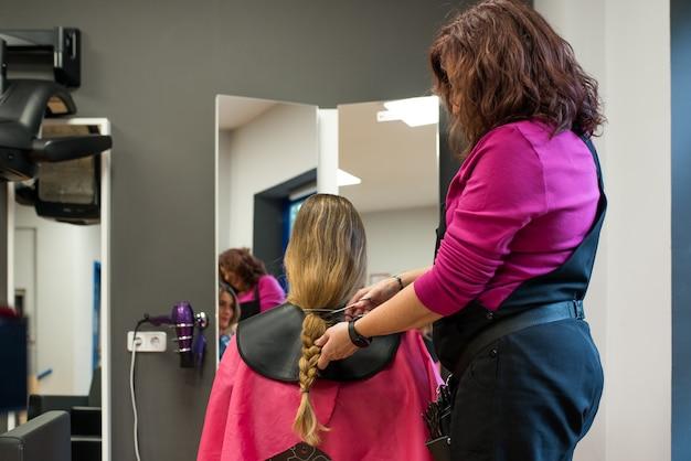 Kobieta oddaje włosy na raka