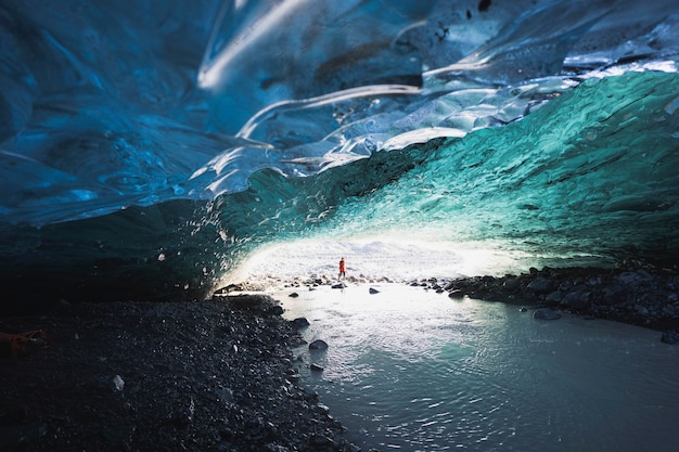 Kobieta odkrywczyni w jaskini lodowej, islandia