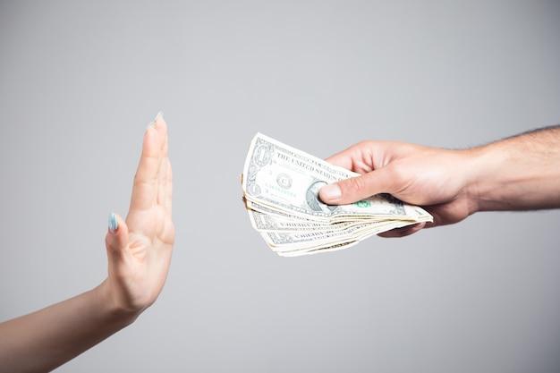 Kobieta odmawia przyjęcia pieniędzy od mężczyzny