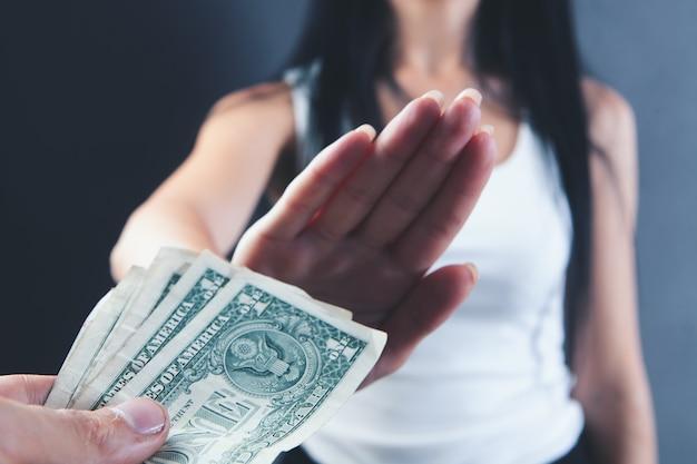 Kobieta odmawia przyjęcia pieniędzy