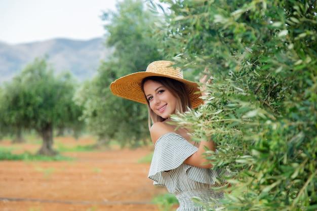 Kobieta odpocząć w greckim ogrodzie oliwnym