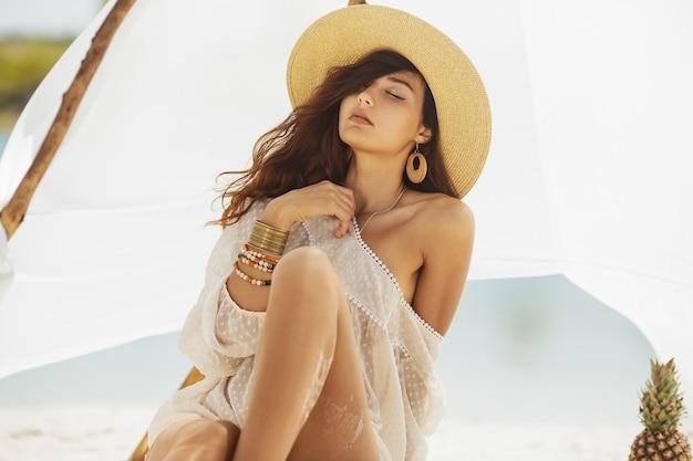 Kobieta, odpoczynek na plaży podczas wakacji