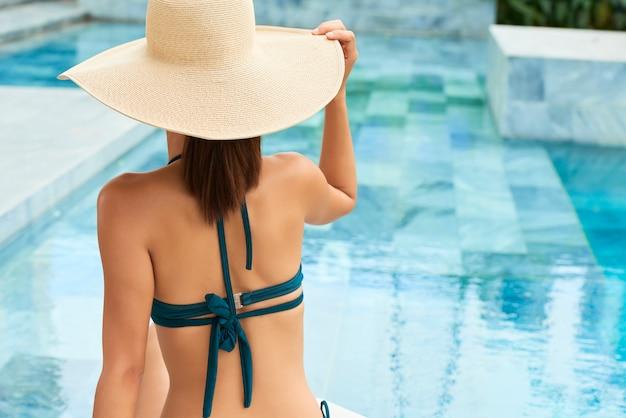 Kobieta odpoczywa na basenie