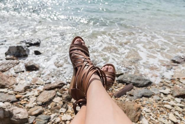 Kobieta odpoczywa na moscie. opiera się na pięknym wybrzeżu