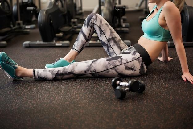 Kobieta odpoczywa po ciężkim treningu
