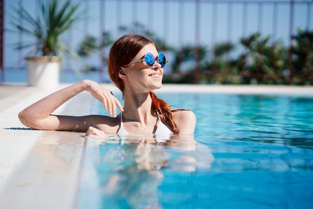 Kobieta odpoczywa przy niebieskim basenie