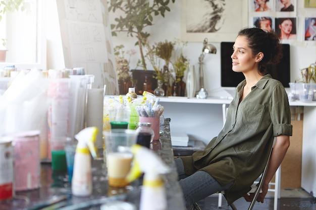 Kobieta odpoczywa w jej pracowni artystycznej
