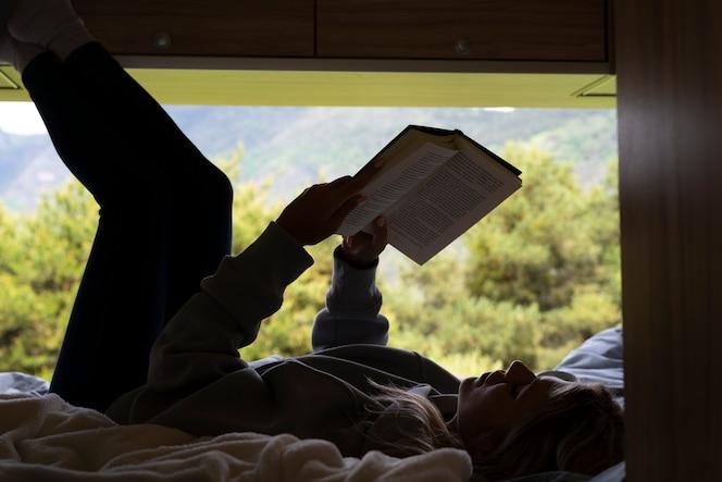 Kobieta odpoczywa w swoim kamperze w świetle dziennym