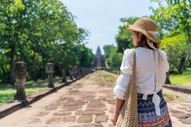 Kobieta odwiedza prasat khao phanom szczebel dziejowy park w buriram, tajlandia