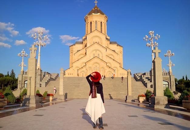 Kobieta odwiedzająca pod wrażeniem katedry świętej trójcy w tbilisi gruzja