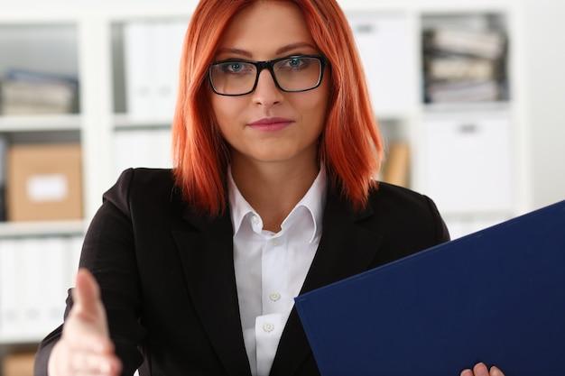 Kobieta oferuje rękę, aby uścisnąć jak cześć w biurze zbliżenie