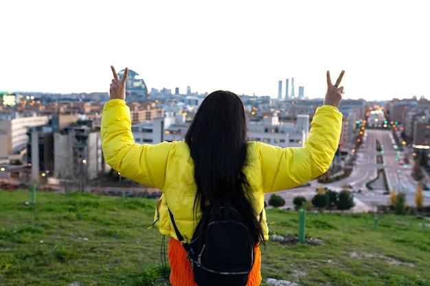Kobieta oglądająca miasto ze szczytu wzgórza