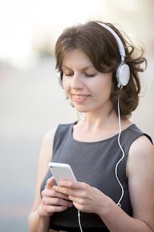 Kobieta oglądania jej telefon