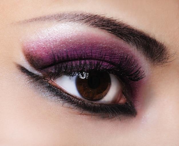 Kobieta oko z makijażem fiołka stylu i mody