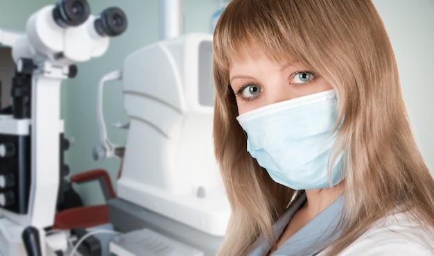 Kobieta okulista w masce ochronnej