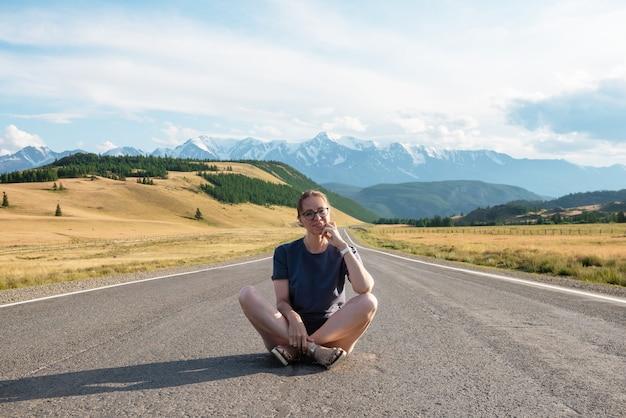 Kobieta om chuysky trakt road w górach ałtaju jedna z najpiękniejszych dróg na świecie