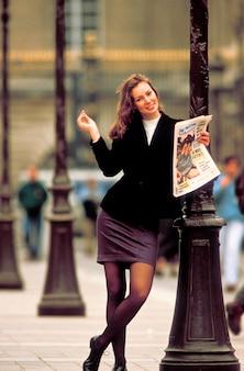 Kobieta opiera przeciw lamppost, paryż, francja