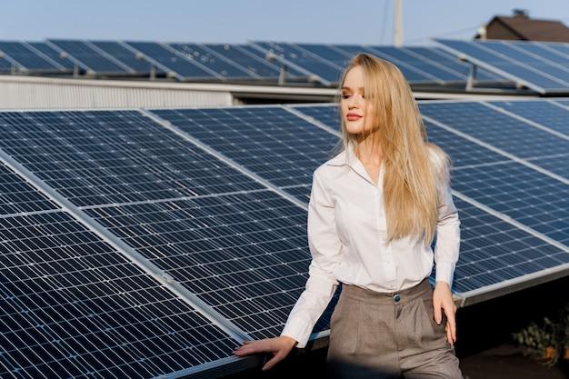 Kobieta opiera się na panelach słonecznych