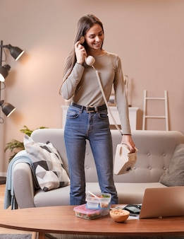 Kobieta opowiada na rocznika telefonie i jedzeniu