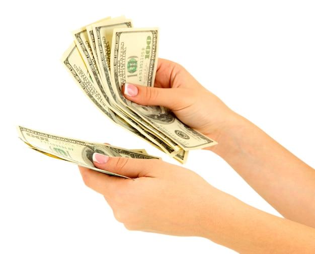 Kobieta opowiada o dolarach, z bliska, na białym tle