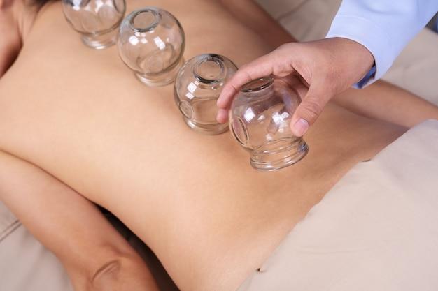 Kobieta otrzymujących leczenie bańki na plecach