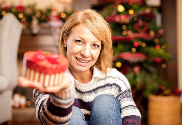 Kobieta otwarcia obecnych świąt