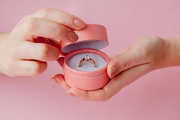 Kobieta otwiera pudełko z biżuterią