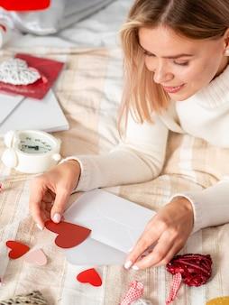 Kobieta otwierając kopertę miłości