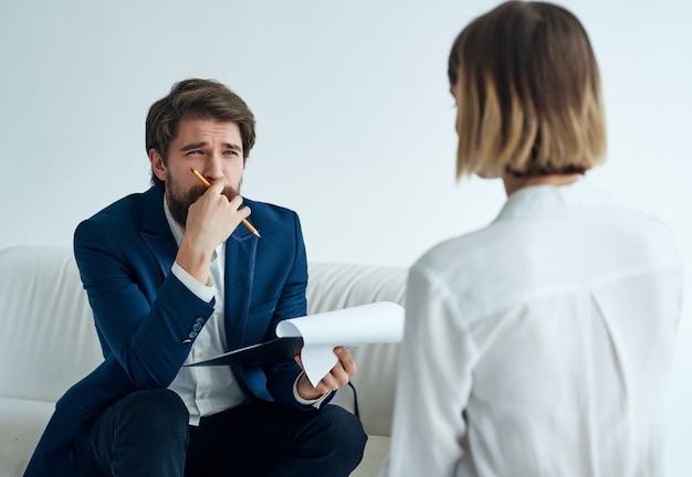 Kobieta pacjent psycholog wizyta terapia medycyna leczenie stresu. zdjęcie wysokiej jakości