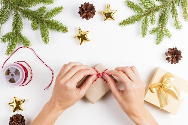 Kobieta pakuje prezenty na boże narodzenie