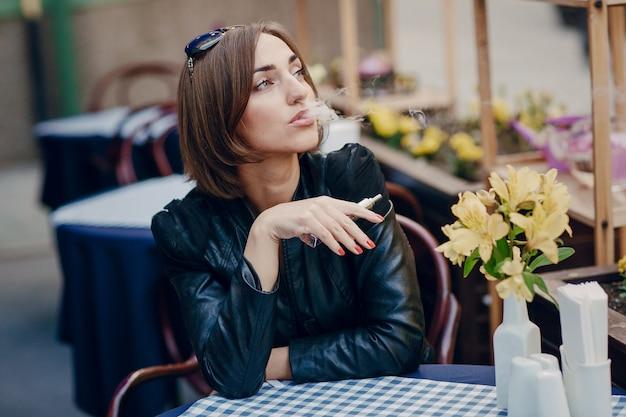 Kobieta palenia i patrząc w górę