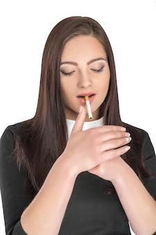 Kobieta palenia papierosów
