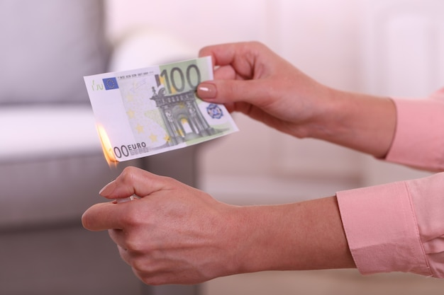 Kobieta pali euro w pokoju