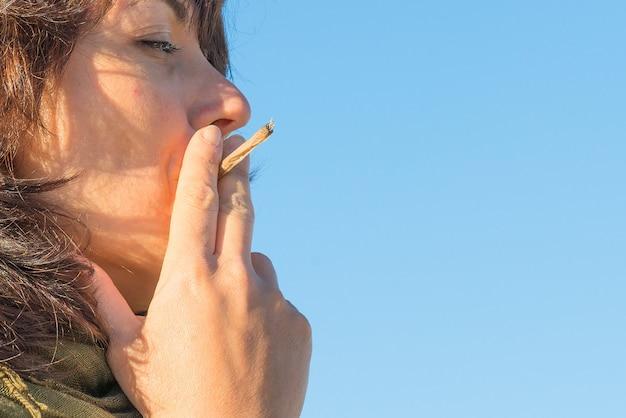 Kobieta pali jointa
