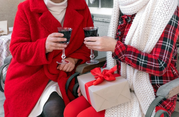 Kobieta para kobieta gospodarstwa wina czerwonego nowego roku valentine