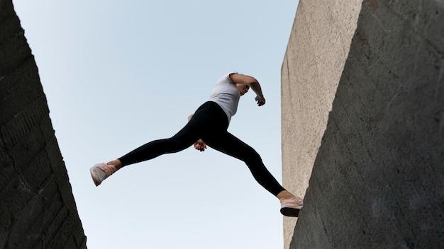 Kobieta parkuje nad budynkami