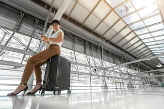 Kobieta pasażera za pomocą telefonu komórkowego