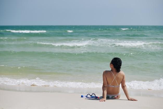 Kobieta patrząc na morskie fale