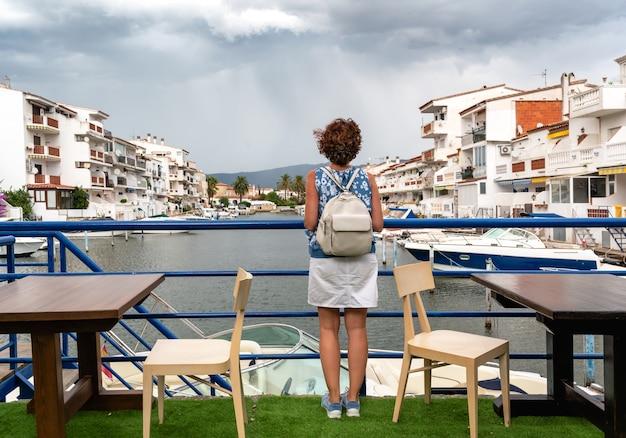 Kobieta patrząc na port